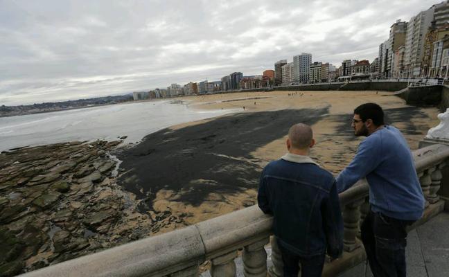 Ciudadanos pide un estudio sobre la procedencia del carbón de la playa de San Lorenzo