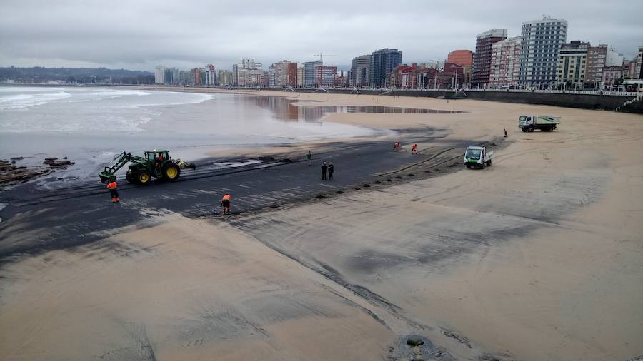 Emulsa limpia la mancha de carbón de la playa de San Lorenzo