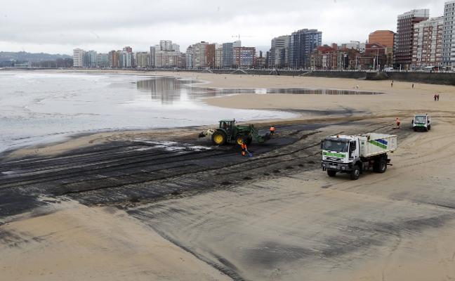 El Consistorio pide a la Universidad un estudio para analizar la mancha de carbón en la playa