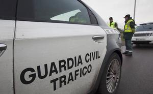 La Guardia Civil de Ribadesella para dos veces en la misma tarde a un conductor sin carné