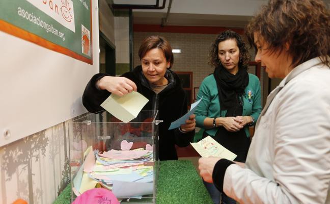 La alcaldesa visita una exposición solidaria