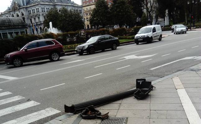 Una furgoneta derriba un semáforo de la calle Pelayo en Oviedo