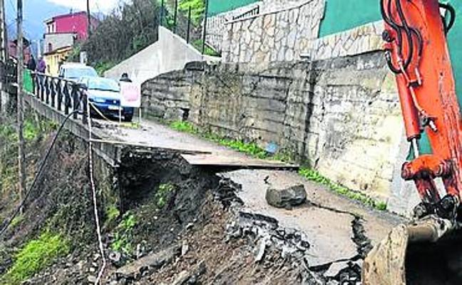 Aller inicia el arreglo de un camino tras un argayo en Felguerúa