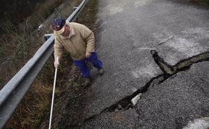 «La carretera se hunde y hasta que no haya una desgracia no la repararán»