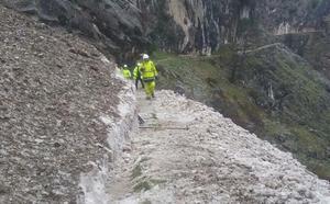 Reabre la ruta del Cares tras retirar las piedras desprendidas hace once días