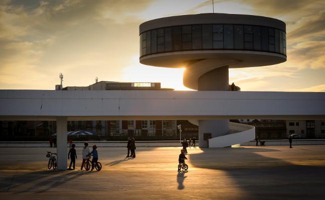 Foro pregunta en la Junta General sobre el futuro de la torre del Niemeyer
