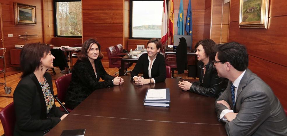 La alcaldesa de Gijón recibe a Lucía Rodríguez, séptima mejor docente de España en 2017