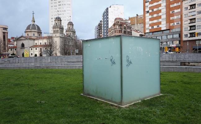 El vandalismo en las esculturas de Gijón llega al 'Cubo' de Mieres
