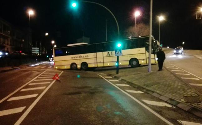 Autobús atascado en la avenida de Los Telares