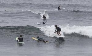 El Ayuntamiento de Castrillón estudia gestionar el cobro del canon a las escuelas de surf