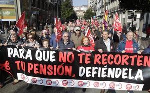 «La pensión ye un derechu», el clamor de los jubilados asturianos por las calles de Oviedo