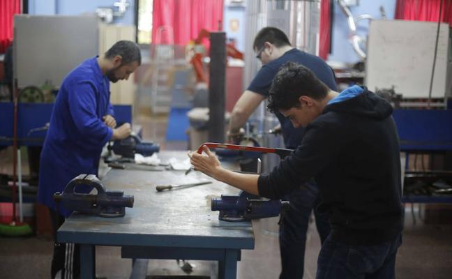 Asturias se fija en el modelo vasco de FP Dual, que ampliará su oferta el próximo curso