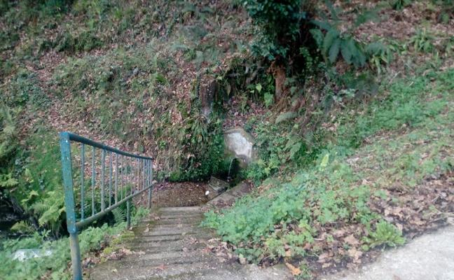 Los vecinos piden reabrir el camino a la fuente de Castro, en Cudillero