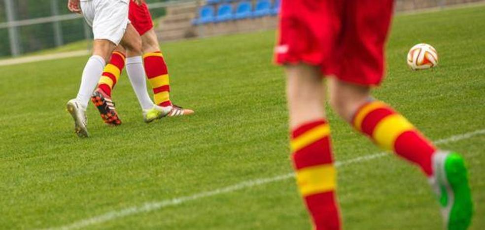El insólito gesto de un niño con el árbitro de un partido de fútbol al que su padre insultó y amenazó