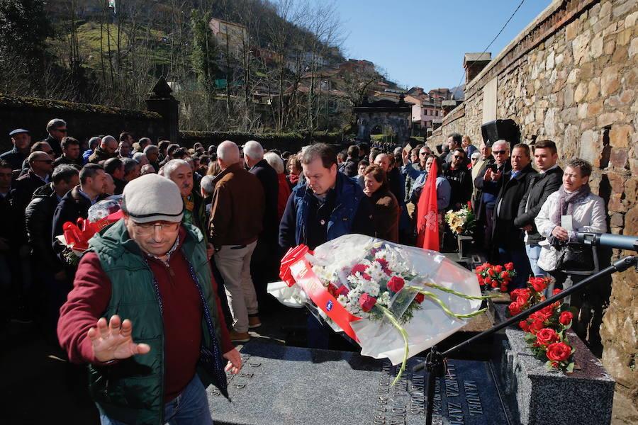 Multitudinario homenaje a Manuel Llaneza en Mieres