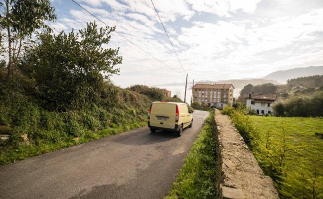 Lastres propone construir la variante en un camino que ya rodea la villa