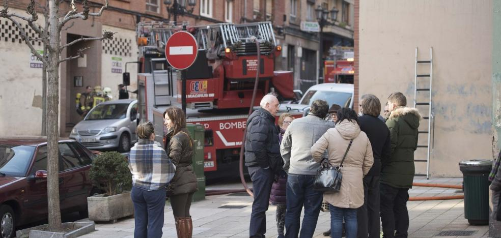 Desalojan un edificio por un incendio en un ático de la calle Augusto Junquera
