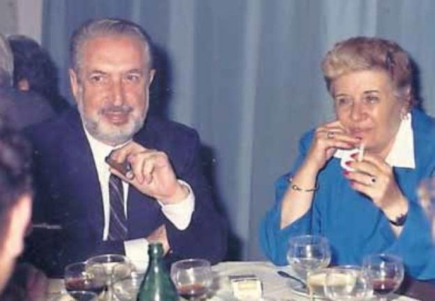 Pura Tomás con su marido Rafael Fernández en el año 1984, en una imagen del archivo personal de Rafael Fernández Tomás. /  E. C.