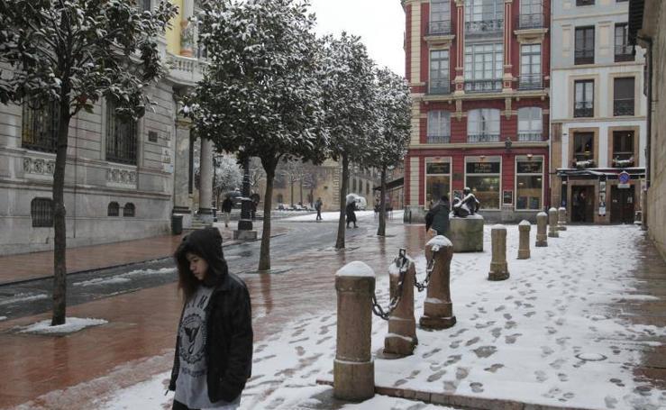 Oviedo y el centro de la región amanecen cubiertos de nieve