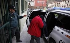 El juez decreta el ingreso en prisión a la mujer que mató de dieciséis cuchilladas a un amigo en Laviana