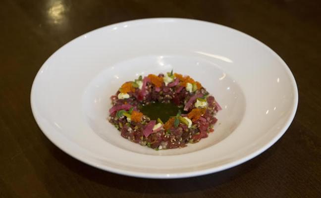 Tartar de atún rojo, berenjena ahumada y encurtidos