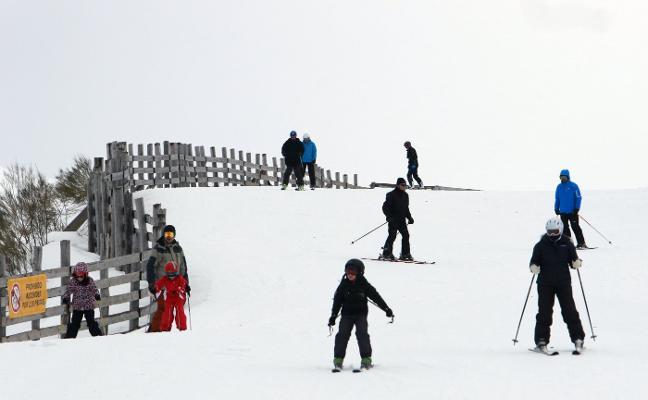 El viento limita el esquí en Pajares