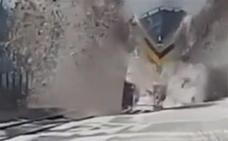 Así se despejan las vías ferroviarias inglesas con un 'tren quitanieves'