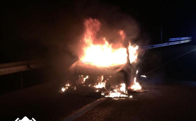 Arde un camión que transportaba coches en la A-8, en Cadavedo