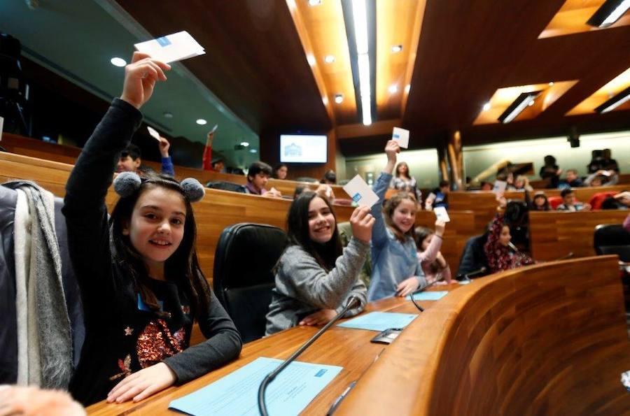 Escolares de Gijón y Mieres son diputados por un día