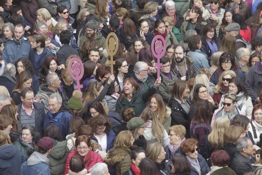 Lleno total en la plaza Mayor de Oviedo por el 8-M