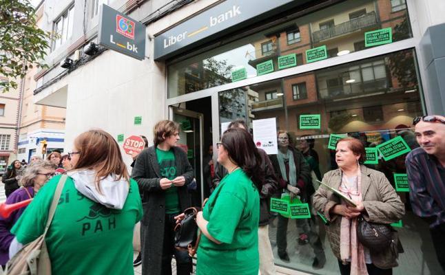 Se encierran en una sucursal de Liberbank en Gijón para evitar un desahucio