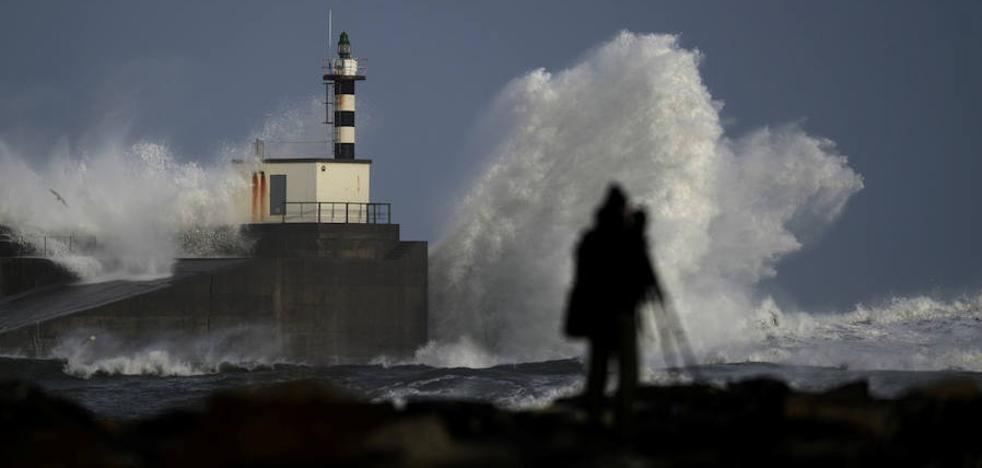 'Félix' entra en Asturias con fuertes vientos y fenómenos costeros