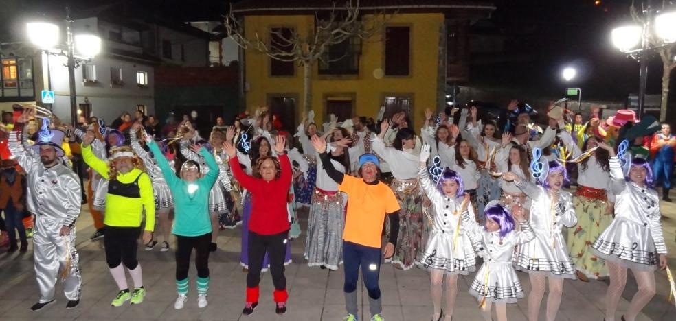 Cabranes celebra el carnaval a ritmo de las charangas