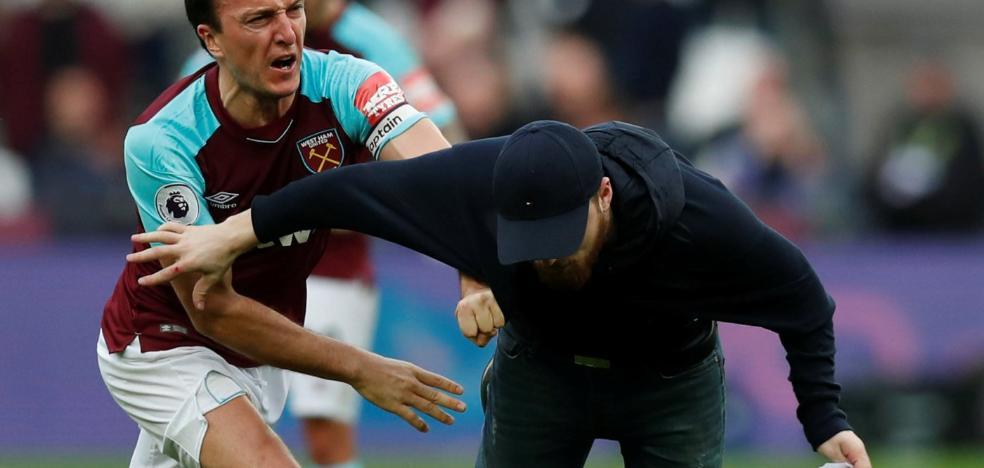 Seguidores del West Ham invaden el campo y obligan a irse a los propietarios