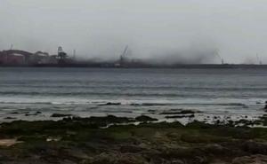 Las fuertes rachas de viento levantan 'nubes' negras en El Musel