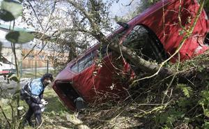 Tres heridos leves al salirse un coche junto a La Pixarra