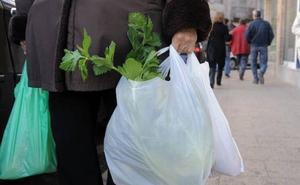 Los comercios aguardarán al verano para cobrar por las bolsas de plástico