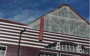 Los fuertes vientos arrancan parte del tejado del polideportivo riosellano