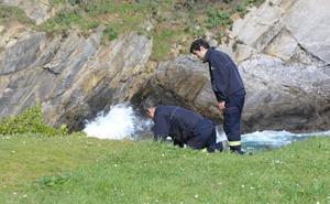 Los bomberos rastrean la costa asturiana para localizar a Lorena y a Concepción