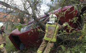Un coche cae por un talud frente a La Pixarra en un aparatoso accidente