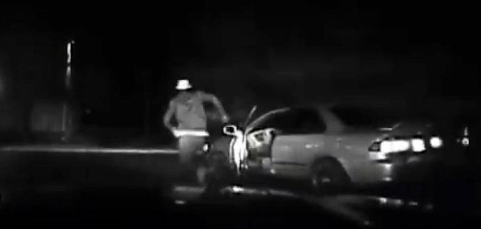 Un conductor 'se atropella' con su propio coche al tratar de huir de la Policía