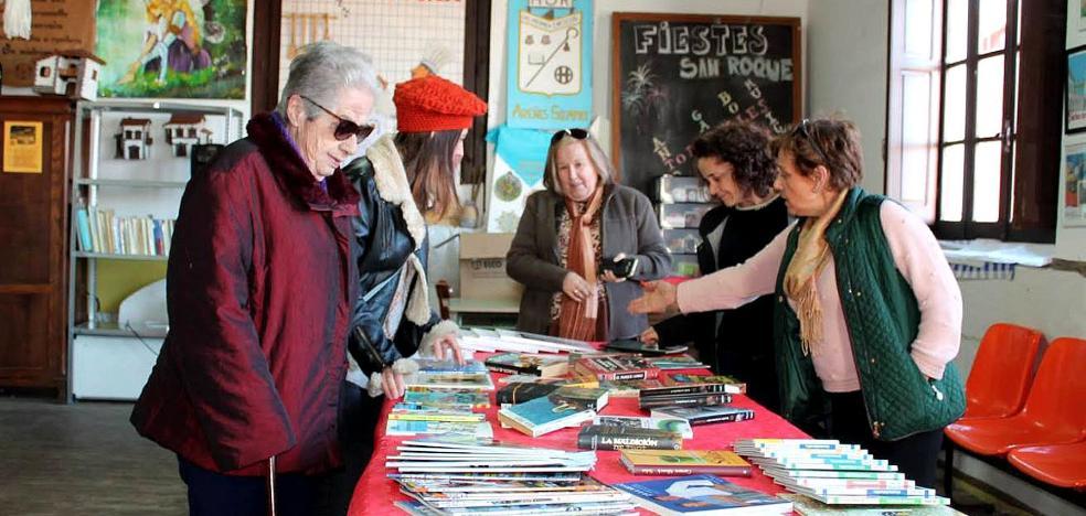 Vecinos de Areñes reciben los primeros libros del plan de lectura de Piloña