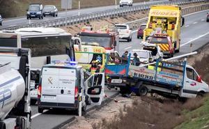 La colisión de un autobús con cuatro turismos y una furgoneta obliga a cortar la A-42 en Toledo