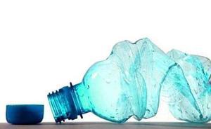 El 90% del agua embotellada contiene microplásticos