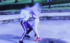 Conmoción en Oviedo por la pelea de dos menores jaleados por sus amigos, que los graban con los móviles