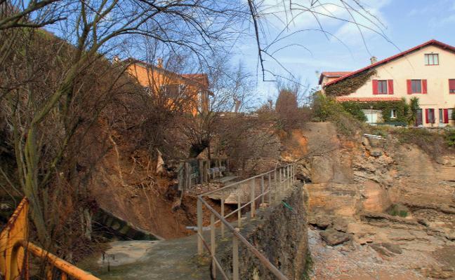 Los accesos dificultan el arreglo del argayo en cala Samarincha
