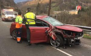 Herido grave al estrellarse su coche contra un poste de teléfonos en Lena
