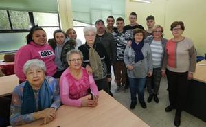 Alumnos del CIFP de Avilés enseñan nuevas tecnologías a los usuarios de ayuda a domicilio