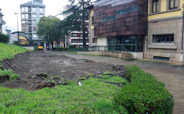 Comienza la adecuación de un parque en el jardín del Consistorio de Pola de Lena