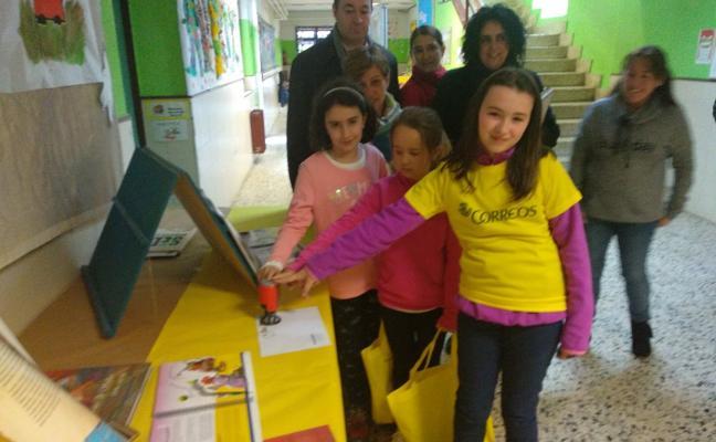 Los alumnos de Infiesto se acercan al mundo de la filatelia